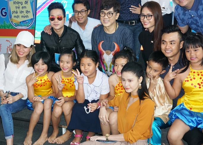 NSƯT Thành Lộc và các nghệ sĩ chụp ảnh lưu niệm với các em thiếu nhi Làng SOS