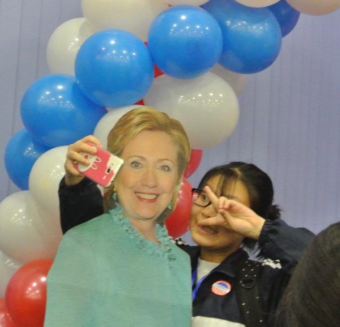 ... và ứng cử viên Hillary Clinton
