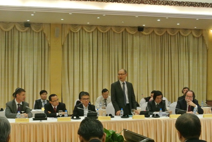 PGS-TS Trần Ngọc Anh (ĐH Indiana) giới thiệu các GS, TS trong nhóm chuyên gia toàn cầu về phát triển Việt Nam tham dự Hội nghị. Cạnh ông là GS Ngô Bảo Châu