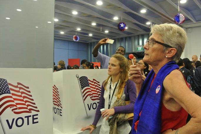 Người Mỹ tại Hà Nội cũng đến Đại sứ quán chăm chú theo dõi cập nhật kết quả bầu cử