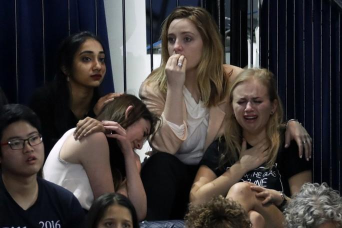 Những người ủng hộ bà Clinton khóc sau kết quả bầu cử tại TP New York. Ảnh: AP
