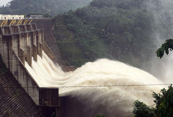 3 thủy điện ở tỉnh Quảng Nam đang xả lũ, trong đó thủy điện Đắk Mi 4 xả với lưu lượng từ 900 đến 2.400 m3/s từ 14 giờ chiều 2-11