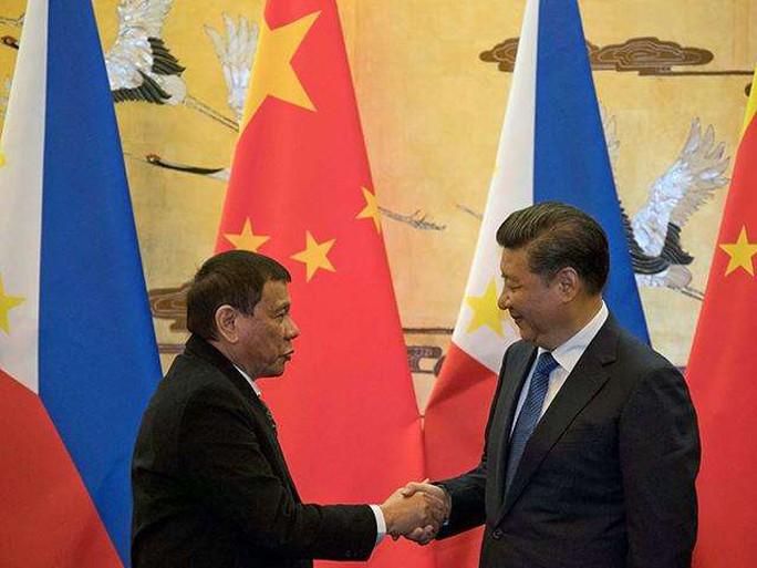 Ông Duterte (trái) và ông Tập Cận Bình hội ngội ở Peru. Ảnh: Reuters