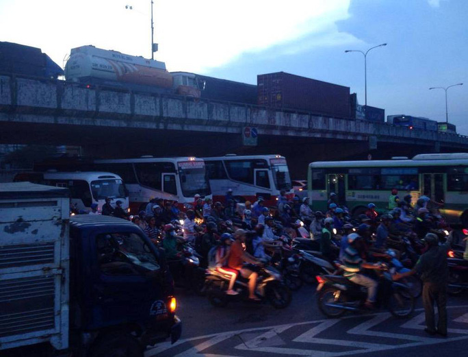 Cảnh ùn ứ nghiêm trọng tại ngã tư Linh Xuân do ảnh hưởng bởi vụ tai nạn