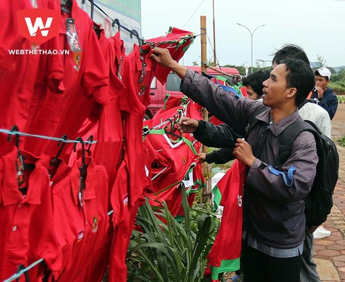 Tại Indonesia, bán hàng rong xuất hiện tràn ngập trước của sân Pakansari trước giờ bóng lăn
