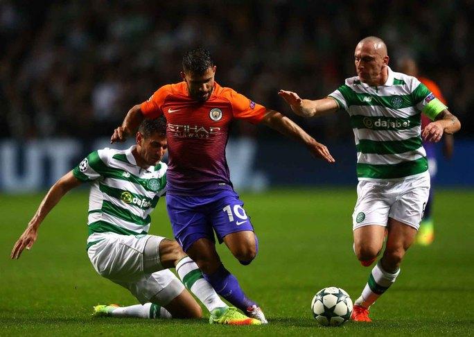 Aguero (giữa) của Man City cần lấy lại cảm hứng ghi bàn sau trận đấu tồi tệ cuối tuần qua với ChelseaẢnh: REUTERS