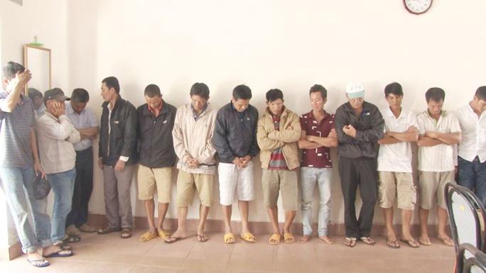 Các đối tượng tham gia đá gà cược tiền bị Công an TP Bảo Lộc tạm giữ.