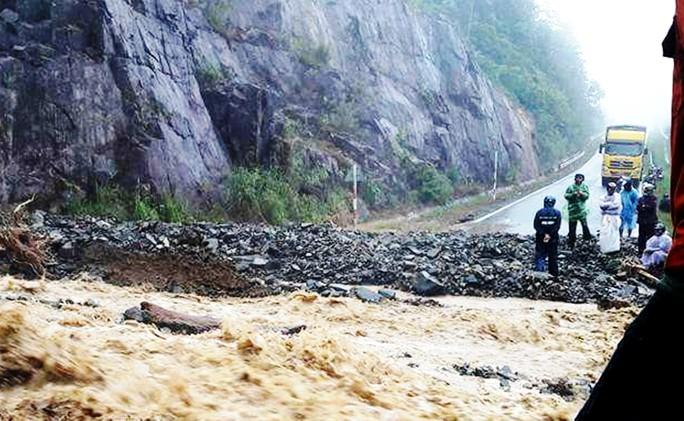 Số lượng nước lớn và đất đá tràn ra đường chia cắt hai tỉnh Lâm Đồng - Khánh Hòa tại đèo Khánh Lê.