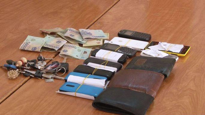 Tiền mặt và một số tam vật bắt quả tang tại trường gà ở xã Lộc Nga, TP Bảo Lộc.