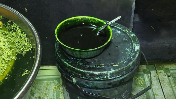 Hoá chất màu xanh được dùng để ngâm rau muống