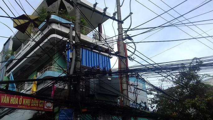 Dây điện, dây cáp chằng chịt, chắn hết nhà dân ở đường Phan Thanh, đối diện Trường ĐH Duy Tân