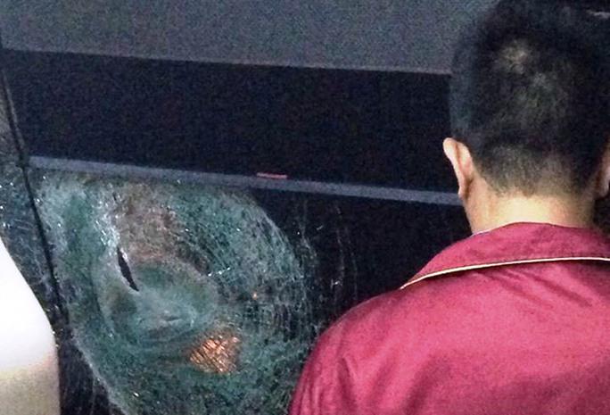 Chỉ trong 1 đêm nhiều xe lưu thông trên Quốc lộ 20 qua huyện Di Linh bị các đối tượng ném đá vỡ kính, hư hỏng nặng.