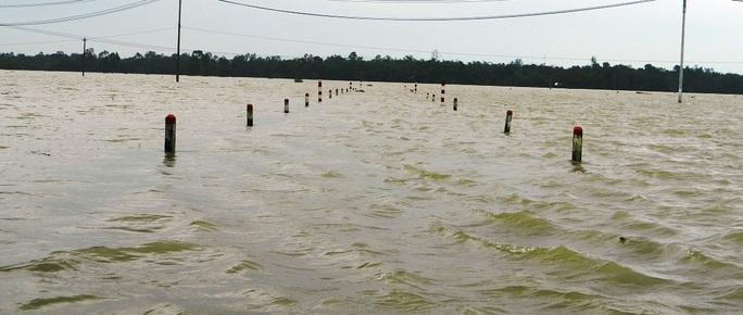 Nước lũ trắng trời ở Quảng Nam