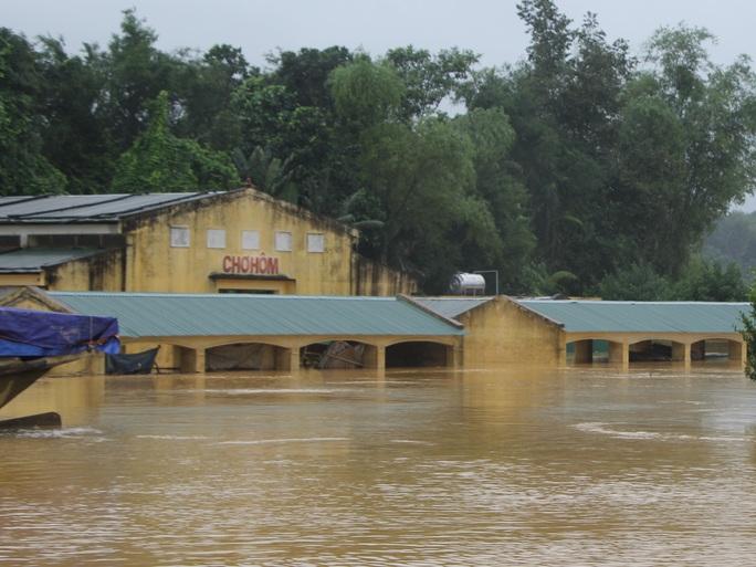 Chợ Hôm, xã Phương Mỹ, huyện Hương Khê ngập sâu trong nước lũ.