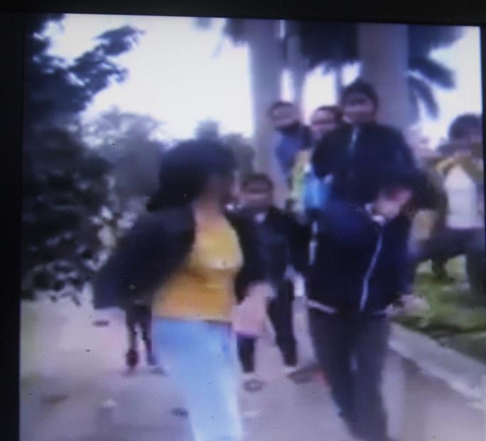 Cảnh nữ sinh lớp 10 bị đánh đập - Ảnh chụp từ clip