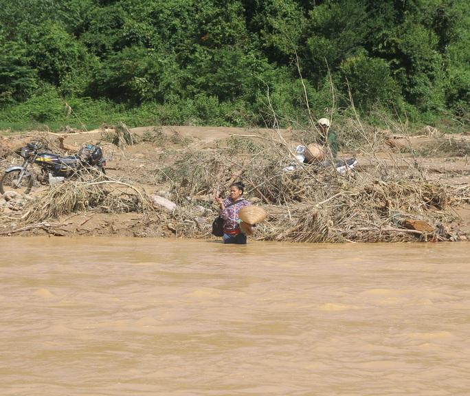 Nhiều bản làng bị cô lập