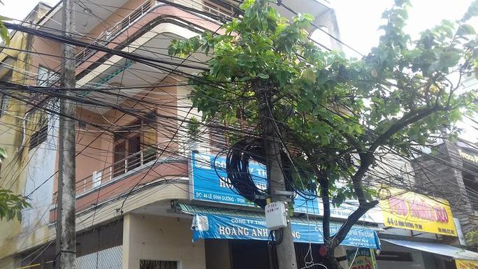Dây điện sà xuống chằng chịt kéo dài trước nhà 46 Lê Đình Dương