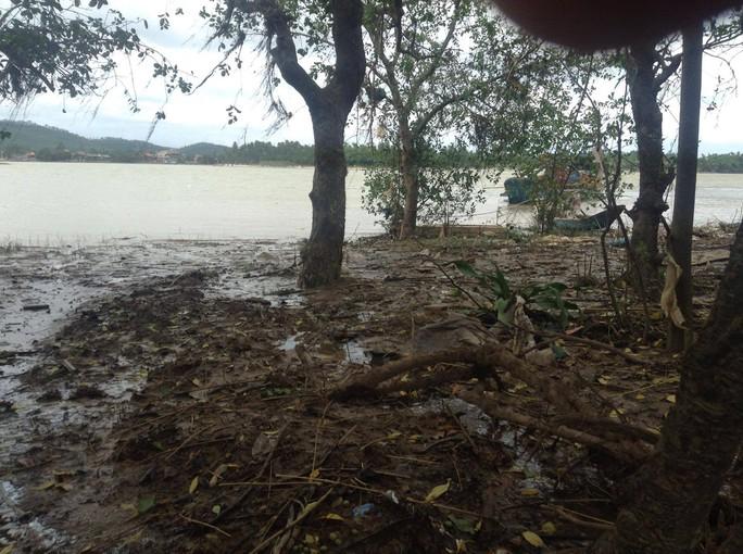 Nằm bên dòng sông Gianh thơ mọng, thôn Trung Thôn luôn hứng chịu nhiều thiên tai, bão lũ gây nên cảnh hoang tàn