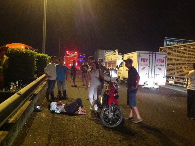 Chạy ngược chiều vào cao tốc người đàn ông đi xe máy này đã bị xe tải hất văng