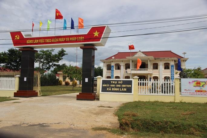 """Trước cổng trụ sở xã Bình Lâm treo khẩu hiệu """"Sống làm việc theo hiến pháp và pháp luật"""" những cán bộ, lãnh đạo xã không chấp hành"""