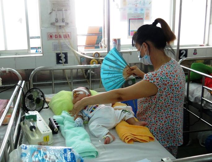 Chỉ nên có 1 người nuôi bệnh cho mỗi bệnh nhân. Trong ảnh: Người mẹ chăm sóc con tại Khoa Hô hấp Bệnh viện Nhi Đồng 1