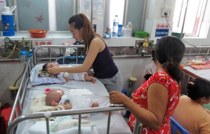 Thời tiết mưa, lạnh khiến trẻ dễ mắc các căn bệnh về hô hấp từ nhẹ đến nặng, bao gồm viêm phổi. Trong ảnh: Các bệnh nhi đang được điều trị tại Khoa Hô hấp Bệnh viện Nhi Đồng 1 (TP HCM)