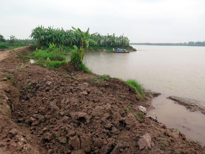 Tình trạng khai thác cát trái phép khiến bãi bồi tuyến đê tả sông Thái Bình sạt lở nghiêm trọng