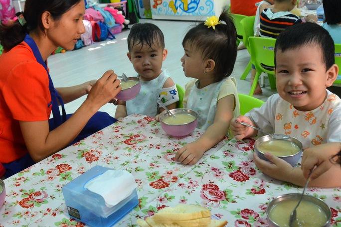 Một trong những cách phòng tiêu chảy đơn giản nhưng hữu hiệu nhất là cho trẻ ăn chín, uống sôi Ảnh: TẤN THẠNH