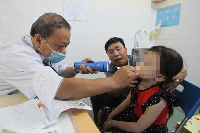 Nếu nghi ngờ trẻ nuốt hay nhét dị vật vào mũi, tai…, tốt nhất hãy đưa đến gặp bác sĩ để kiểm tra. Trong ảnh: Khám tai mũi họng tại Bệnh viện Nhi Đồng 1 (TP HCM)Ảnh: HOÀNG TRIỀU