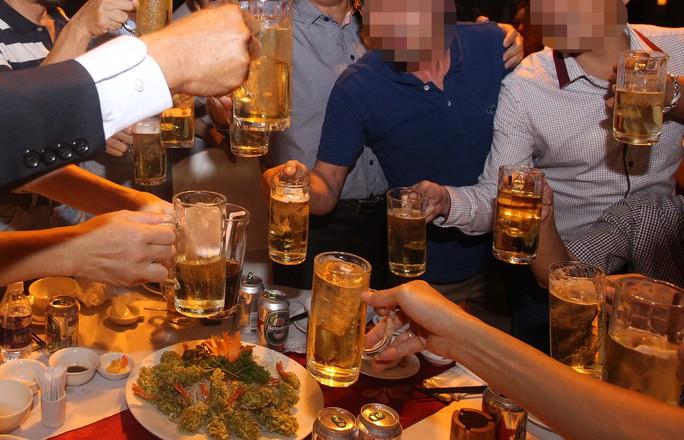 Thay vì vận động lại ngồi bên bàn nhậu với ê hề rượu thịt suốt buổi thì mạch máu sẽ sớm bị xơ vữaẢnh: Hoàng Triều