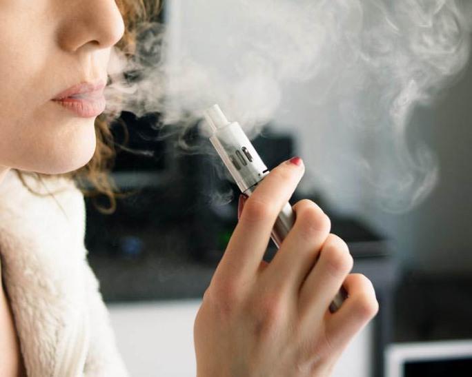 Phát hiện mới nêu khả năng thuốc lá điện tử gây hại trong miệng tương đương, hoặc có thể hơn thuốc lá. Ảnh MNT