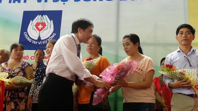 Ban tổ chức ngày hội tặng quà cho đại diện những người hiến mô, tạng