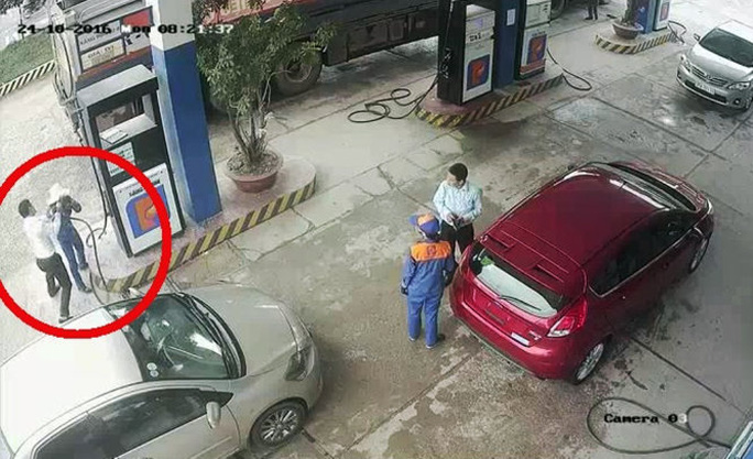 Hành vi hành hung nhân viên cây xăng của ông Đức được camera ghi lại - Ảnh cắt từ clip