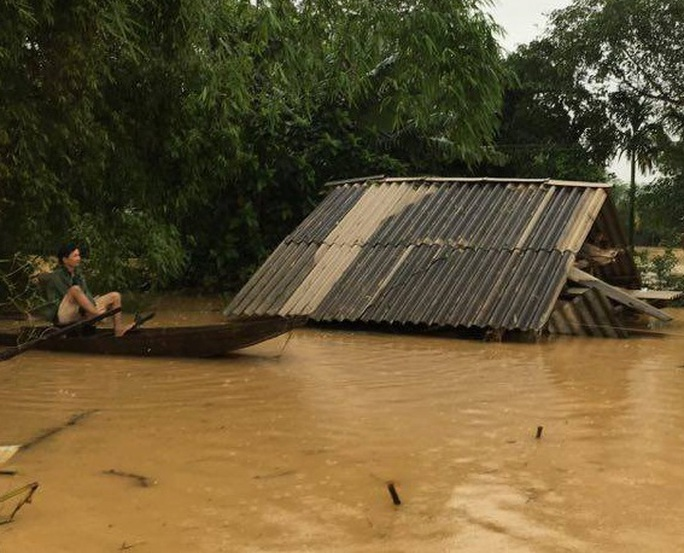 Nhiều nhà dân ở huyện Hương Khê vẫn ngập sâu trong nước.