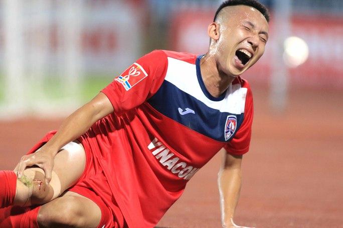 Nghiêm Xuân Tú bị gạt khỏi danh sách tuyển Việt Nam hội quân chuẩn bị cho AFF Suzuki Cup vì dính chấn thương đáng tiếc