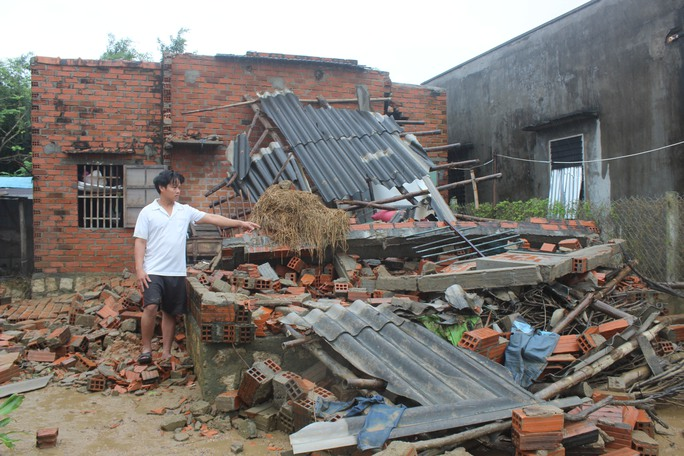 Anh Nguyễn Quang Nghiệp (ngụ xã Phước Sơn, huyện Tuy Phước) cho biết nhà sập, sách vở của các con bị lũ cuốn trôi nên hơn 1 tháng qua 3 đứa con anh từ 8 đến 10 tuổi không thể đến trường được