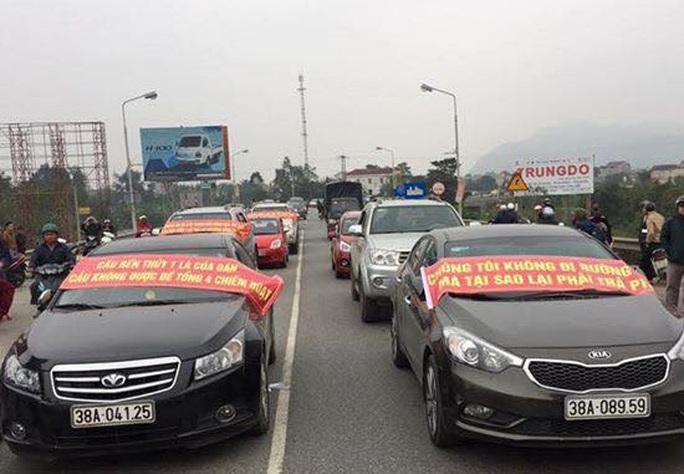 Người dân dùng ô tô chặn cầu Bến Thủy 1. Ảnh: Người dân cung cấp