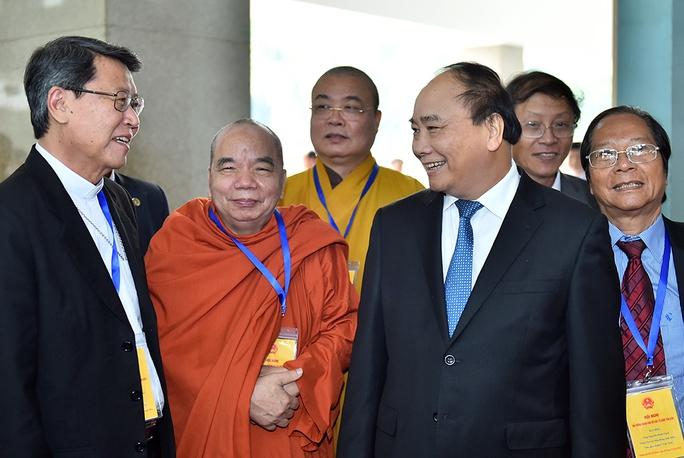 Thủ tướng Nguyễn Xuân Phúc và các chức sắc tôn giáo tại hội nghị vào ngày 19-12 Ảnh: Chinhphu.vn
