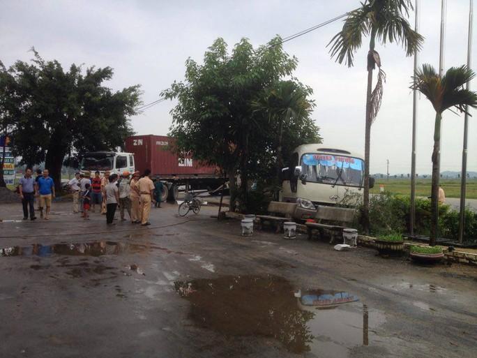 Lực lượng công an phong tỏa hiện trường vụ tai nạn