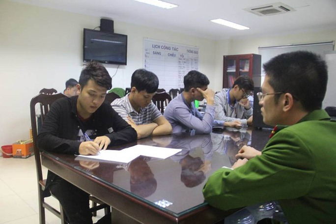 Nhóm thanh niên tại Công an TP Hà Nội