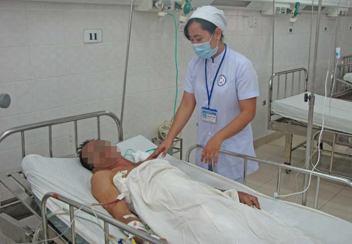 Bệnh nhân đang nằm điều trị tại Khoa Chấn thương của Bệnh viện Đa khoa Long An