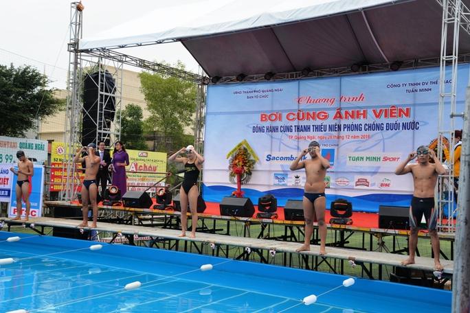 Ánh Viên (giữa) tham dự sự kiện tại Quảng Ngãi