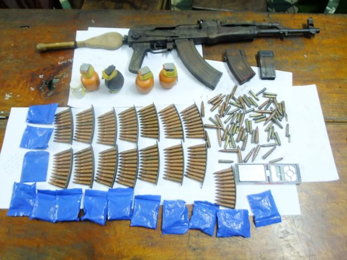 Số ma túy và vũ khí khủng thu tại nhà Và Bá Dì