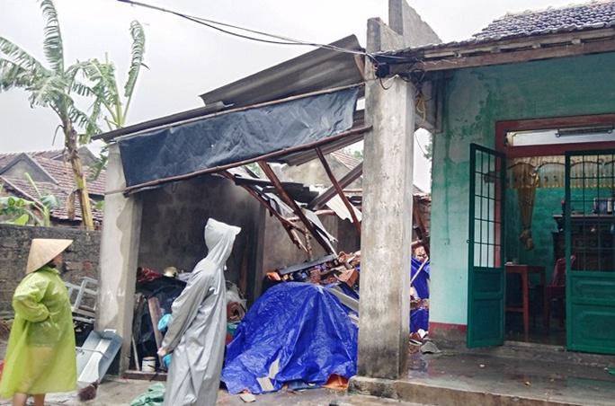 Lốc xoáy khiến nhiều căn nhà bị tốc mái