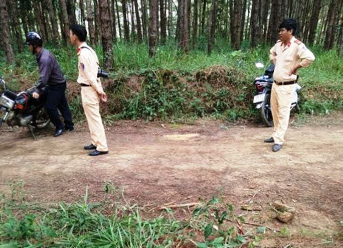 Lực lượng chức năng huyện Di Linh phong tỏa hiện trường chờ cơ quan Pháp y Lâm Đồng khám nghiệm tử thi nạn nhân.
