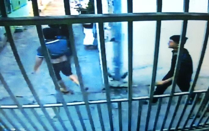 Camera ghi lại cảnh nhóm đối tượng thực hiện vụ trộm xe máy