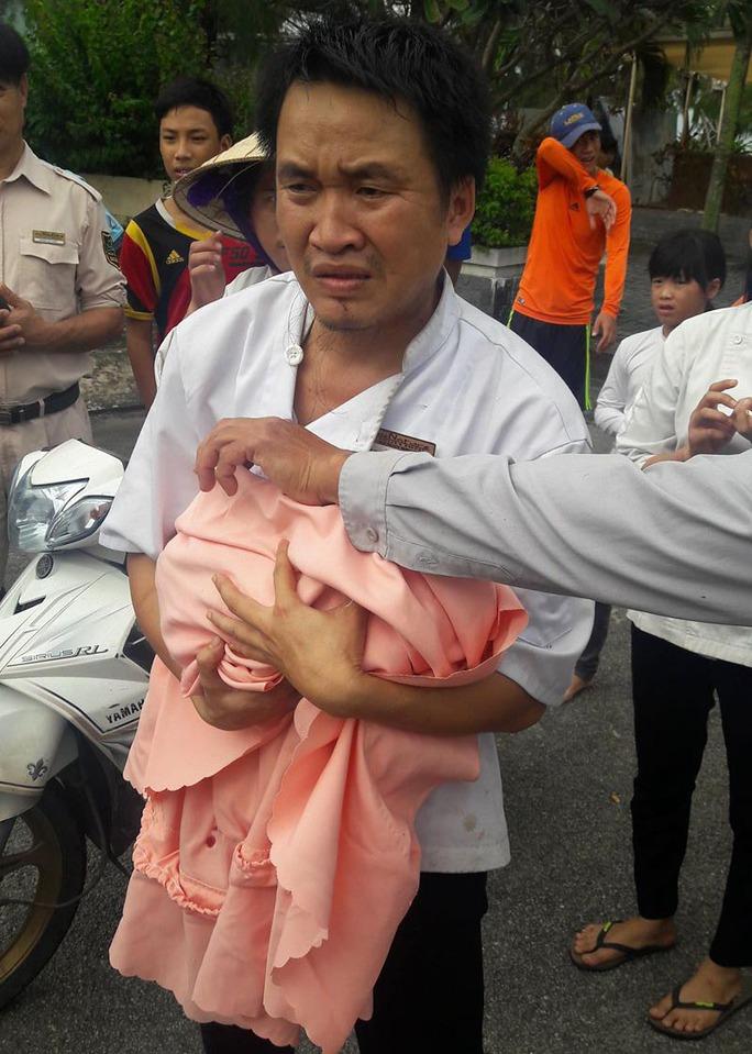 Bé gái được các nhân viên trong khu du lịch quấn khăn và đưa đi cấp cứu kịp thời. Ảnh: Facebook Ngo Antoni