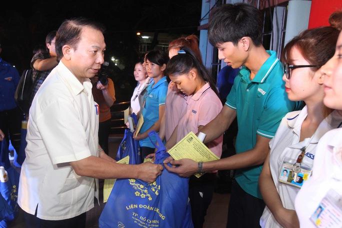 Ông Mai Đức Chính, Phó Chủ tịch Tổng LĐLĐ Việt Nam, trao vé xe cho công nhân các KCX-KCN TP trong dịp Tết Nguyên đán Bính Thân 2016 Ảnh: HOÀNG TRIỀU