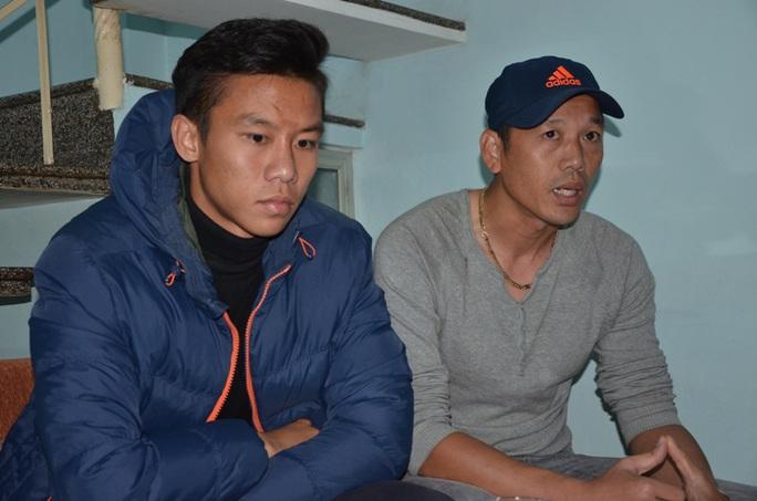 Quế Ngọc Hải (trái) trong lần vào Đà Nẵng hỗ trợ chi phí điều trị cho Anh Khoa - Ảnh: Bích Vân