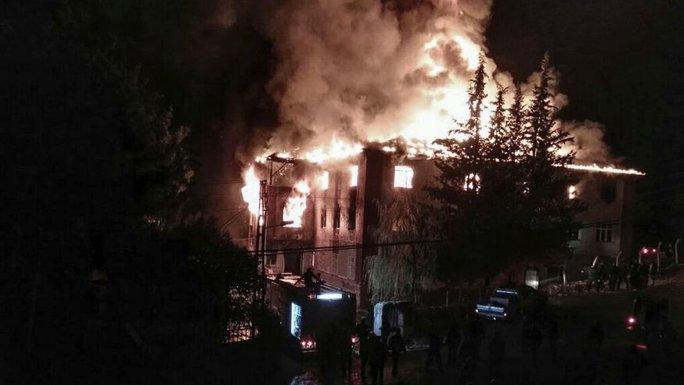 Vụ hỏa hoạn xảy ra vào khoảng 19 giờ 25 phút ngày 29-11. Ảnh: AP